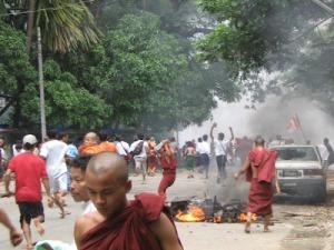 Poto : Biksu sebagian orang menyebutnya Sami Buddha Mengamuk Di Myanmar. Caption itu memang betul ada, kejadiannya pun memang di Myanmar tetapi berlakunya pada tahun 2007 yang silam. Poto ini tidak ada langsung berhubungan dengan kerusuhan etnis,  sebab ini adalah demonstrasi yang dilakukan oleh rakyat Myanmar terhadap kerajaan junta militer yang tertekan dengan kemiskinan akibat dari kenaikan harga barang barang kebutuhan pokok.