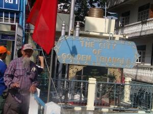 di Border , perbatasan Myanmar Golden Trangle...masuk ke negri Junta ini secara resmi pasport kita ditahan dan di tukar dengan secarik kertas saja.