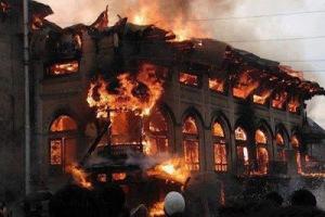 Bukan perkara mudah untuk merenovasi masjid di Myanmar, memerlukan izin yang sangat rumit dan berliku liku....sehingga masjid masjid terbiar rusak sendiri dimakan usia, puluhan tahun tak tersentuh perbaikan karena memang tidak dizinkan , akhirnya rubuh sendiri...Lain lagi masjid yang bmemang terbakar dan sengaja dibakar
