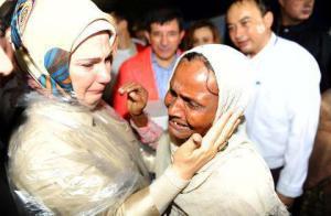 Kelihatan Isteri Perdana Menteri Turki dan pelarian Islam Myanmar berpelukan sambil menangis.
