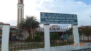 masjid ini dibangun oleh Dubai persis terletak di jalan raya Phan Rang menuju Hanoi