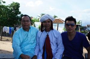 Tengah, Tok Hakim Islam Bani, kanan Hasan nama Vietnamnya adalah Thap DaiTruong Tho