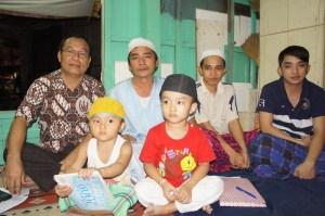 Tok Imam Soles, bersama kedua putra dan dua orang cucu lelakinya, penerus generasi Champa di Vietnam