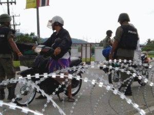 Sekatan kawat berduri seperti ini, mewarnai sepajang jalan di empat Wilayah kompli selatan Thailand