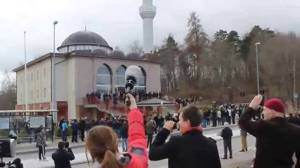 MASJID FITTJA STOCKHOLM SWEDIA : Sejarah mencatat, suara azan pertama kali terdengar keluar masjid dengan pengeras suara. Sementara Dewan Masjid Indonesia (DMI) akan mengusulkan, membatasi pemakaian  pengeras suara keluar masjid.