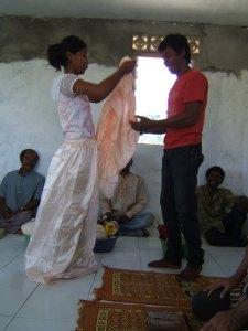 dua tahun yang lalu saat Mirna mencoba memakai Mukenah, waktu itu dia beragama Katolik