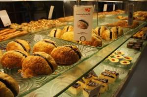 menggugah selera.........hendaknya cepatlah urusan sertifikat kehalalan roti produk Bread Talk ini