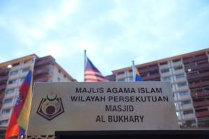 Lembaga pendidikan yang di kelola oleh Al Bukhary cukup terkenal di Asean