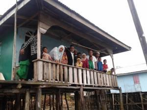Rumah tok Laba di Pulau Lingka Bersama anak , menantu dan cucu cucu tok Laba