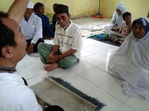 tok laba dan tok Nur melaksanakan shalat pertama kali setelah masuk Islam