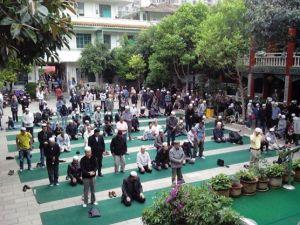 Jamaah shalat jumat penuh sampai ke halaman masjid, diperkirakan ratusan ribu umat islam di Kunming , sebagian besar dari suku Han