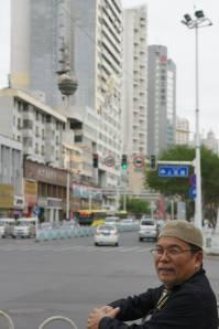 Masjid di Urumqi, disela sela gedung pencakar langit.....